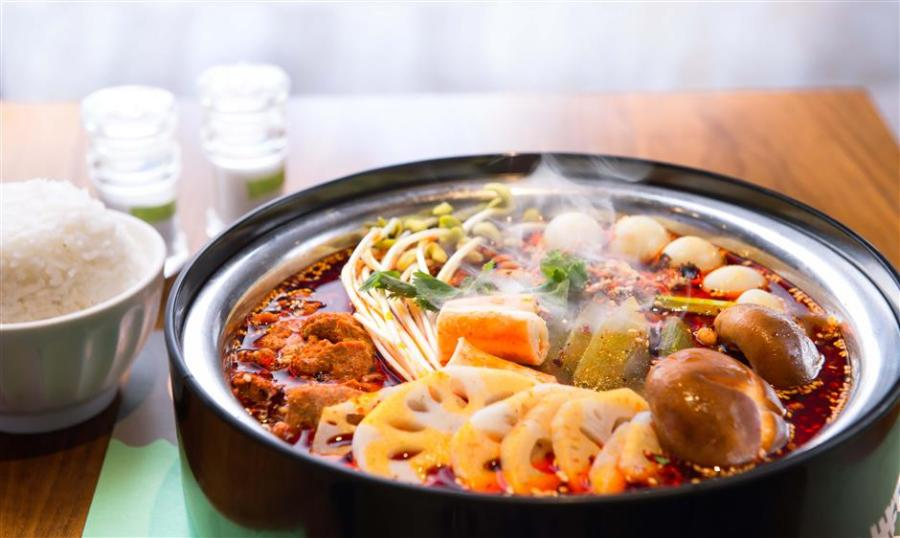 A bowl of sizzling hot vegetables and meat is perfect to pair a glass of chilled beer. (Photo/Shine.cn)
