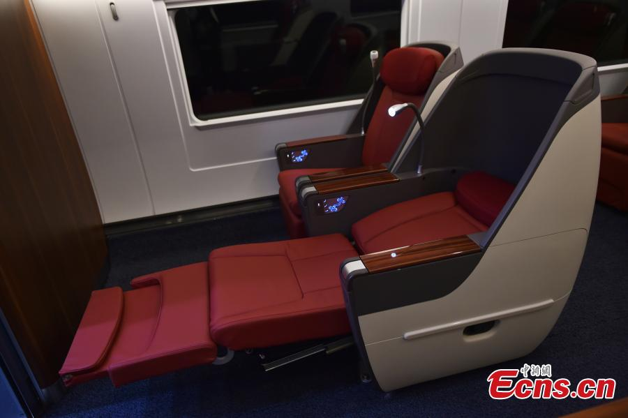 The first-class compartment is roomy and has massaging seats that can be flattened to form beds on a new Fuxing train in Daxing District, Beijing. With a designed speed of 350 kilometers per hour, the new train is 414.26 meters long with 16 carriages, twice as many as the current Fuxing. It has 1,193 seats.  (Photo: China News Service/Zhai Lu)