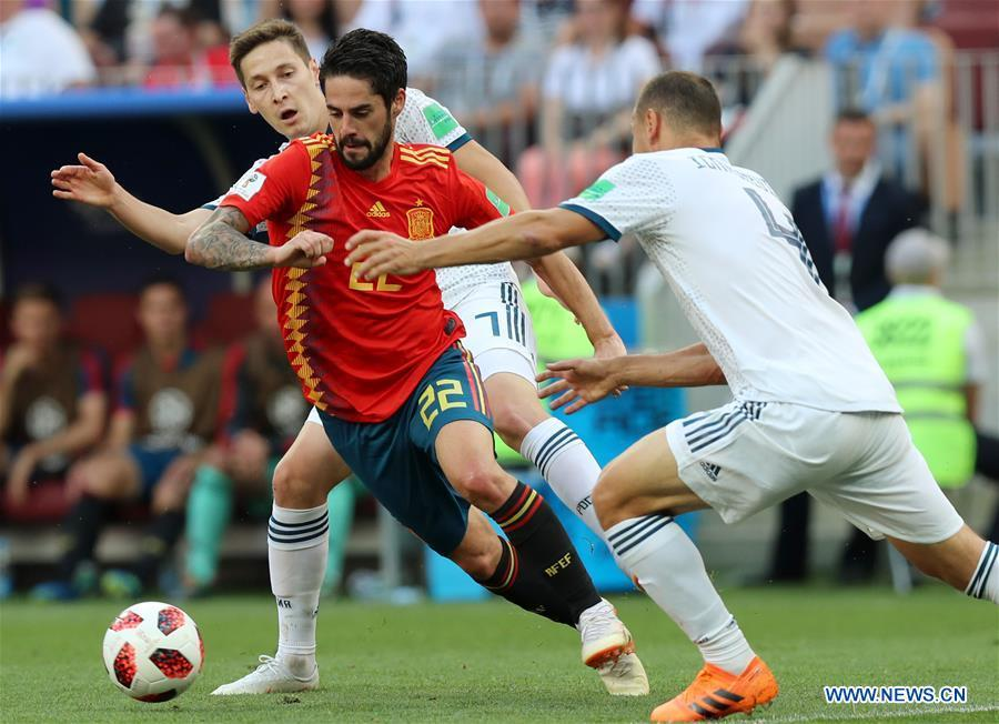 Isco (C) of Spain vies with Sergey Ignashevich (R) of Russia during the 2018 FIFA World Cup round of 16 match between Spain and Russia in Moscow, Russia, July 1, 2018. (Xinhua/Yang Lei)