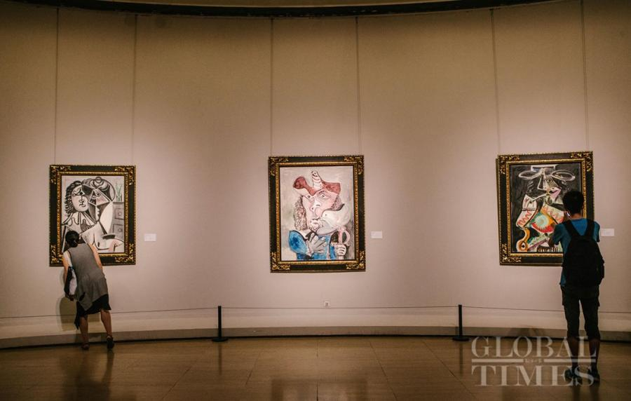 Visitors inspect Spanish painter Pablo Picasso's oil paintings at the International Art Collection. (Photo: Li Hao/GT)