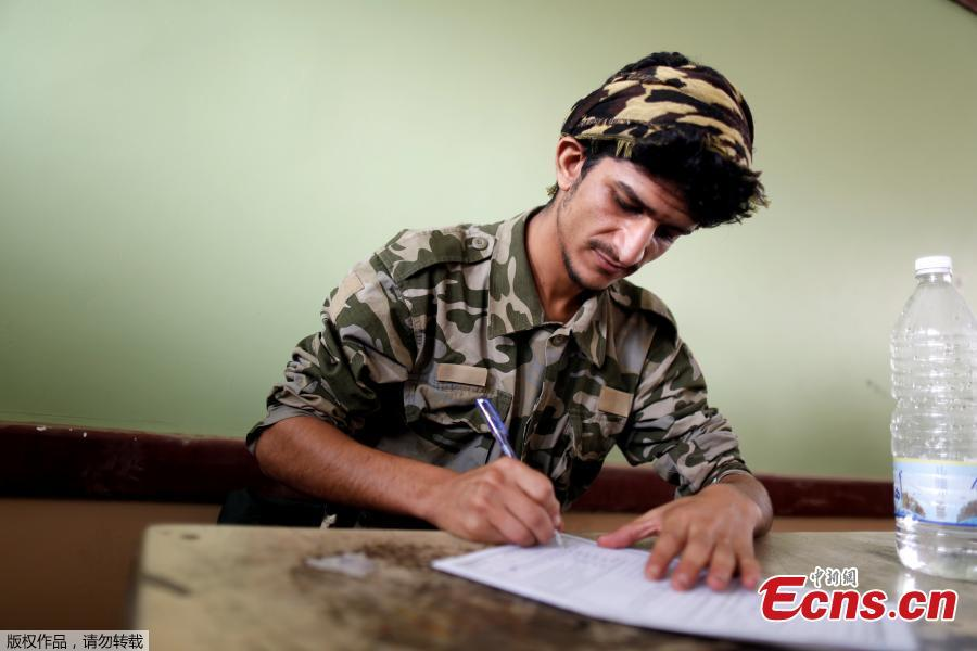 A student in military uniform takes his final term exam of high school in Sanaa, Yemen, June 30, 2018. (Photo/Agencies)