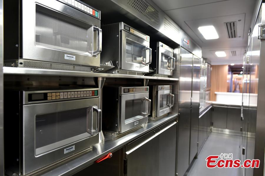 The canteen on an extended version of the Fuxing bullet train in Daxing District, Beijing. With a designed speed of 350 kilometers per hour, the new train is 414.26 meters long with 16 carriages, twice as many as the current Fuxing. It has 1,193 seats.  (Photo: China News Service/Zhai Lu)