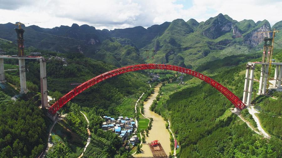 The last section is put into the position to finish the main span of the Daxiaojing Bridge in Guizhou Province, June 30, 2018.  (Photo//chinadaily.com.cn)