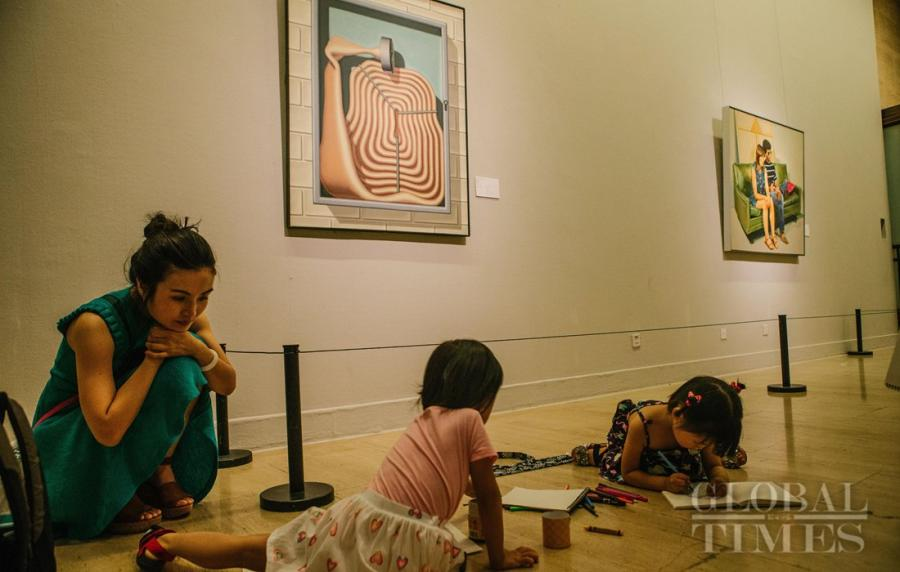 Kids draw at the exhibition hall of the International Art Collection. (Photo: Li Hao/GT)