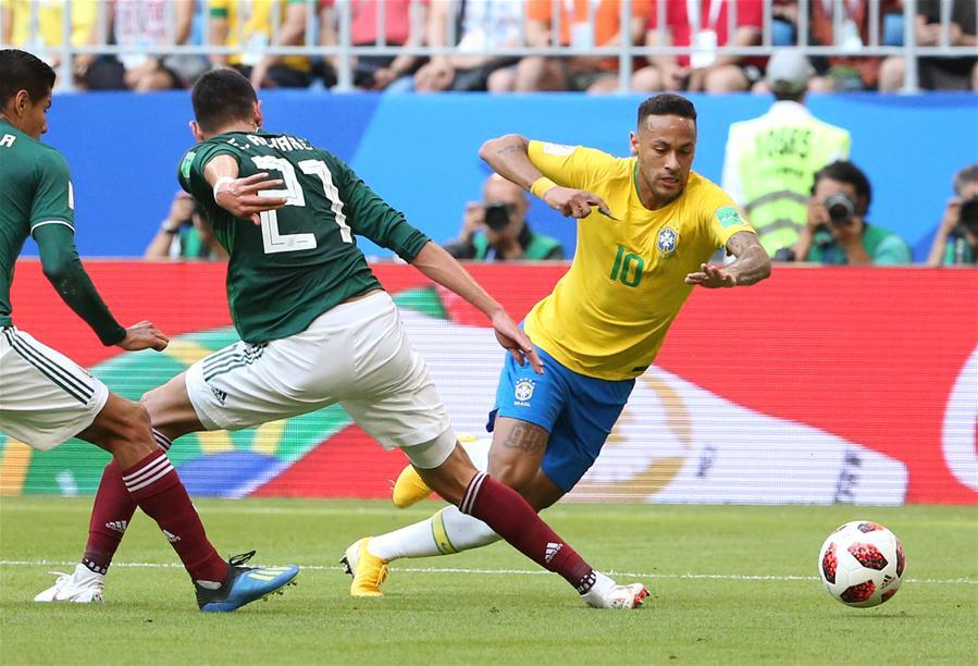 Neymar (R) of Brazil vies with Edson Alvarez (C) of Mexico during the 2018 FIFA World Cup round of 16 match between Brazil and Mexico in Samara, Russia, July 2, 2018. (Xinhua/Li Ming)