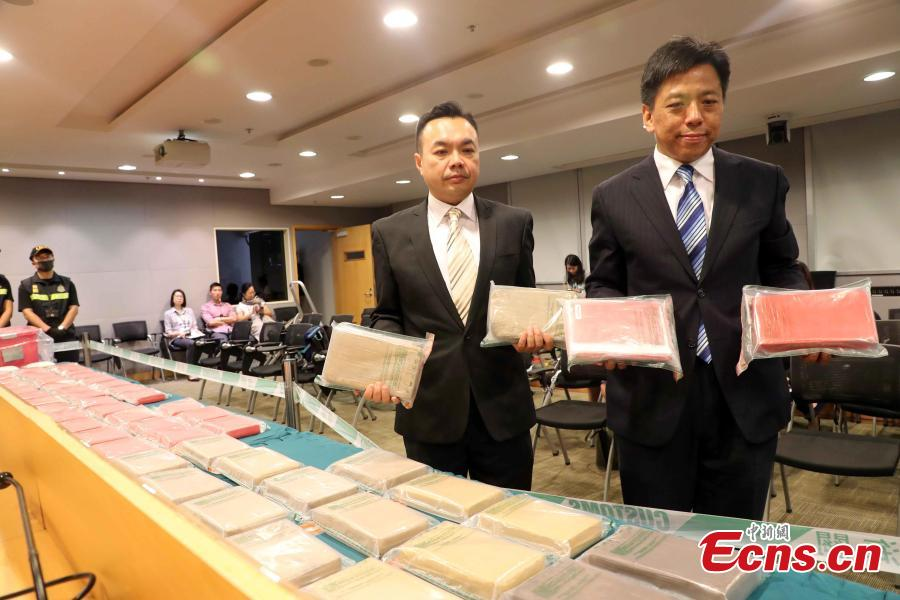 Lee Hoi-man, the acting group head of the Customs Drug Investigation Bureau, and Lee Ka-ming (L), the drug investigation divisional commander, show drugs seized in Hong Kong, July 1, 2018. On June 30, Hong Kong Customs seized approximately 79 kilograms of suspected cocaine and one kilogram of suspected methamphetamine with an estimated market value of approximately $80 million in Tuen Mun. It is potentially the largest cocaine seize by Hong Kong Customs in five years. A 52-year-old Hong Kong man was arrested during the morning raid following a week-long operation. (Photo: China News Service/Hong Shaokui)