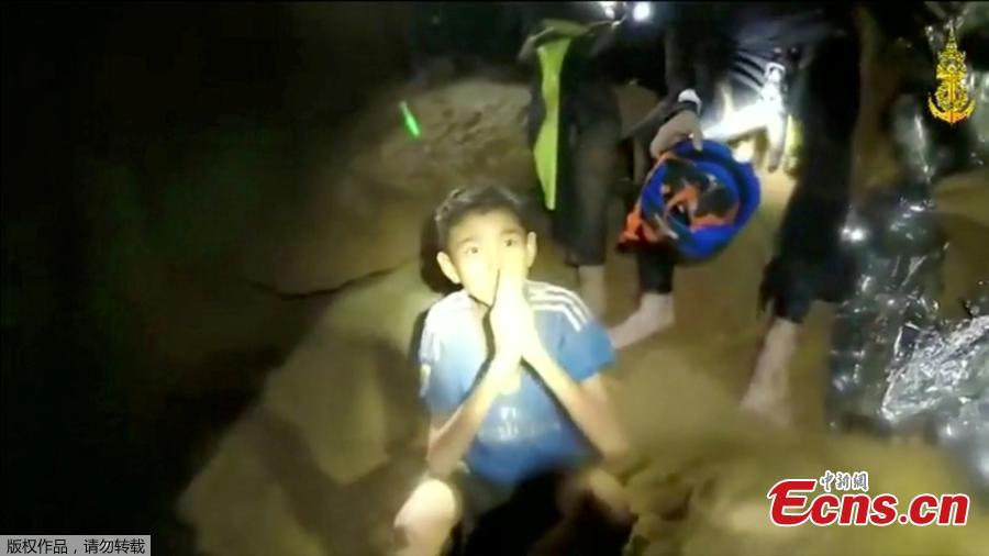 New video footage has been released of 12 boys and their football coach who have been trapped in a cave in Thailand for 11 days after rescuers gave them food for the first time. The 12 boys, aged 11 to 16, and their 25-year-old coach, were trapped after heavy rain flooded the cave complex in a forest park in the northern province of Chiang Rai.(Photo/Agencies)