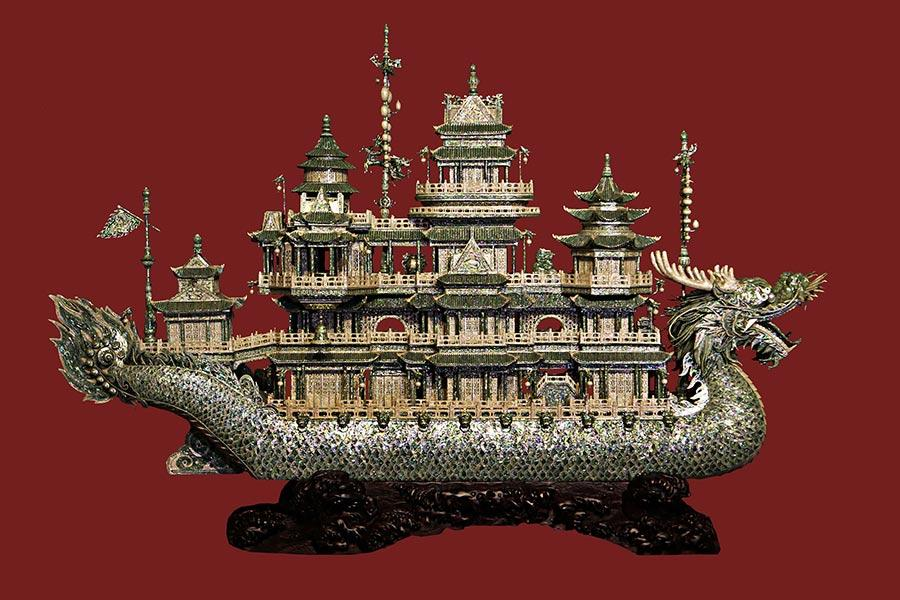 These outstanding shell carving works were made by Jin Ashan in Dalian, Northeast China\'s Liaoning Province. Jin has been engaged in shell carving for 55 years. He is a master of Chinese arts and crafts. (Photo/China Daily)