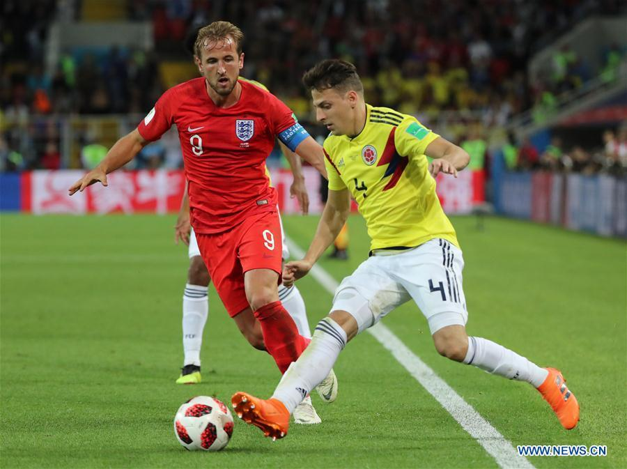 Harry Kane (L) of England vies with Santiago Arias of Colombia during the 2018 FIFA World Cup round of 16 match between England and Colombia in Moscow, Russia, July 3, 2018. (Xinhua/Bai Xueqi)
