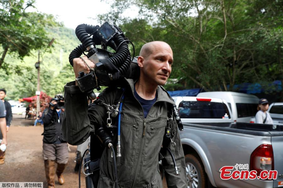A foreign diver carries equipment as he goes in to Tham Luang cave complex, as members of an under-16 soccer team and their coach have been found alive according to local media in the northern province of Chiang Rai, Thailand, July 4, 2018. (Photo/Agencies)