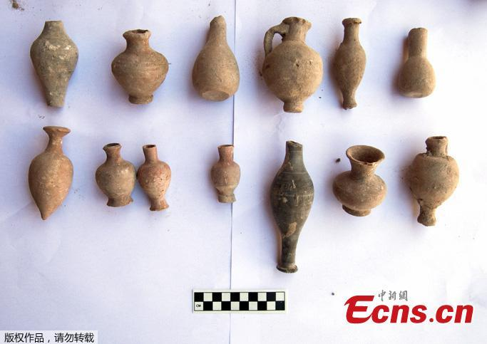 The Ministry of Antiquities of Egypt found a cache containing hundreds of pottery vessels, dating back to the beginning of the Greco-Roman era, the Coptic era and the Islamic era, in Alexandria. Some vessels contain ashes of dead people.The items also include a large collection of liquid vessels of various shapes and sizes, crockery and colored pots, and a large number of dishes. (Photo/Agencies)