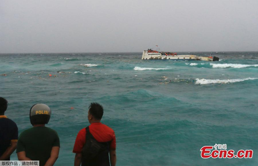 At least 34 people have been confirmed dead in a ferry sinking off the coast of Indonesia\'s South Sulawesi province on Tuesday, July 3, 2018. Images from the scene showed passengers in bright orange life vests clinging to the side of the KM Lestari Maju as it tilted sharply into the water not far from the coast of Bulukumba regency, near Selayar Island. Sutopo Purwo Nugroho, spokesman for Indonesia's disaster management agency, said 155 people had managed to swim or be pulled to safety.(Photo/Agencies)