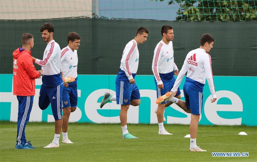 Russia\'s players attend a training session in Moscow, Russia, on July 4, 2018. Russia will face Croatia in a quarter-final match of the 2018 FIFA World Cup on July 7. (Xinhua/Bai Xueqi)