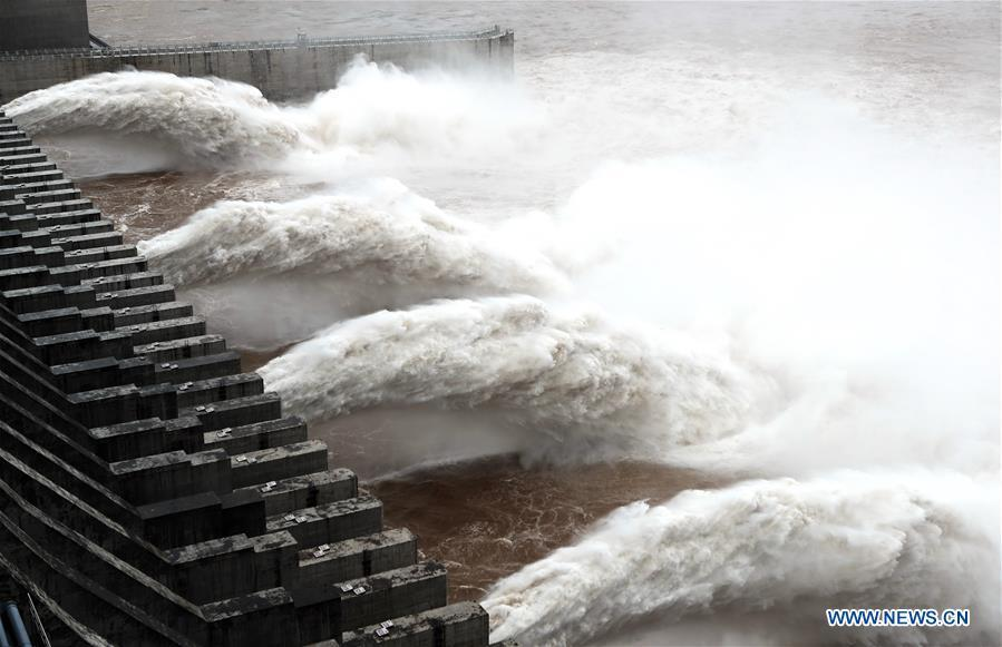 Photo taken on July 5, 2018 shows water discharging from the Three Gorges Dam, a gigantic hydropower project on the Yangtze River, in central China\'s Hubei Province. At 8 a.m. of July 5, the reservoir faced an inflow of 51,000 cubic meters per second and an outflow of 40,000 cubic meters per second. The first flood of the Yangtze River this year has formed on its upper reaches. (Xinhua/Wang Shen)