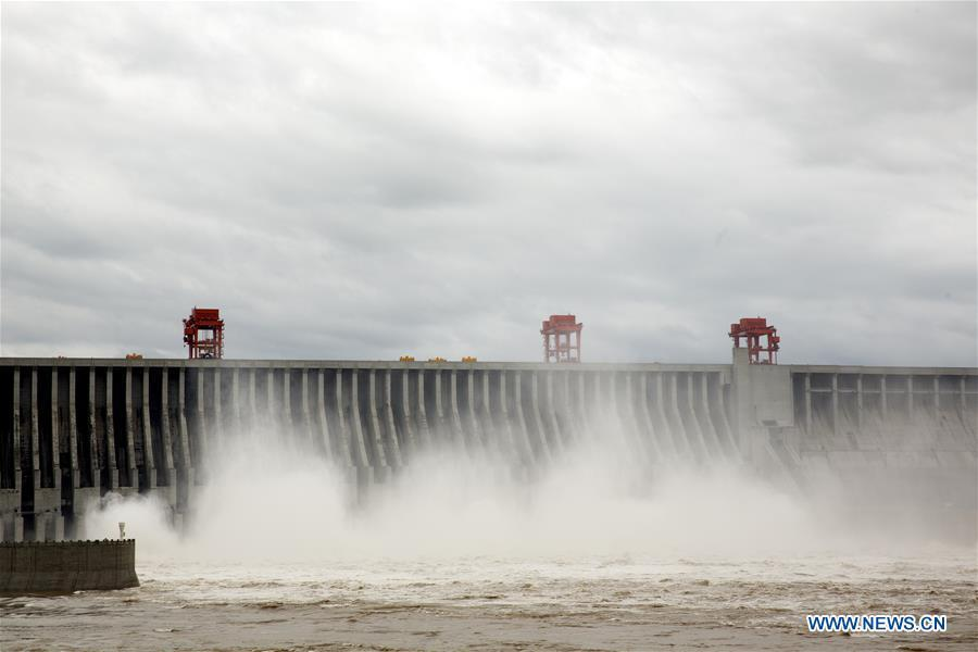 Photo taken on July 5, 2018 shows water discharging from the Three Gorges Dam, a gigantic hydropower project on the Yangtze River, in central China\'s Hubei Province. At 8 a.m. of July 5, the reservoir faced an inflow of 51,000 cubic meters per second and an outflow of 40,000 cubic meters per second. The first flood of the Yangtze River this year has formed on its upper reaches. (Xinhua/Wang Gang)