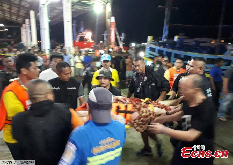 Thai rescue and paramedic personnel attend to rescued passengers of capsized tourist boat in rough seas at a port in Phuket on July 5, 2018.  Dozens of passengers are missing after boats capsized as high winds whipped up rough seas off the Thai tourist island of Phuket, officials said late July 5. (Photo/Agencies)
