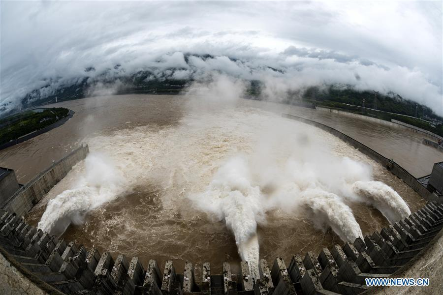 Photo taken on July 5, 2018 shows water discharging from the Three Gorges Dam, a gigantic hydropower project on the Yangtze River, in central China\'s Hubei Province. At 8 a.m. of July 5, the reservoir faced an inflow of 51,000 cubic meters per second and an outflow of 40,000 cubic meters per second. The first flood of the Yangtze River this year has formed on its upper reaches. (Xinhua/Zheng Jiayu)