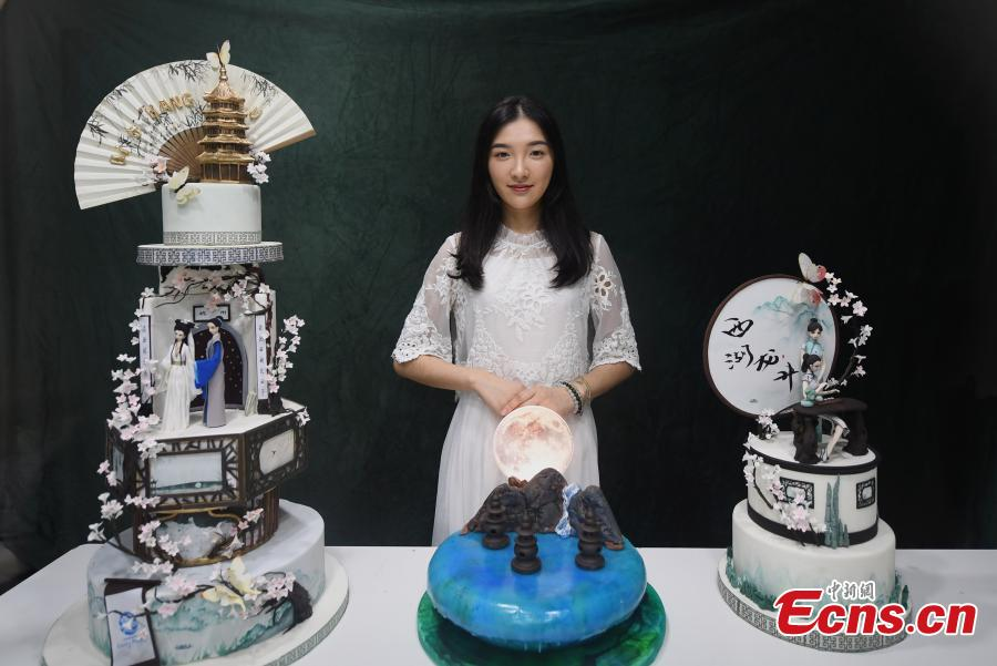 Baker Chen Yao shows her fondant cakes in Hangzhou City, the capital of east China\'s Zhejiang Province on July 5, 2018. Chen is now well-known for combining icons of local Chinese culture with traditional fondant cake recipe. (Photo: China News Service/ Wang Gang)