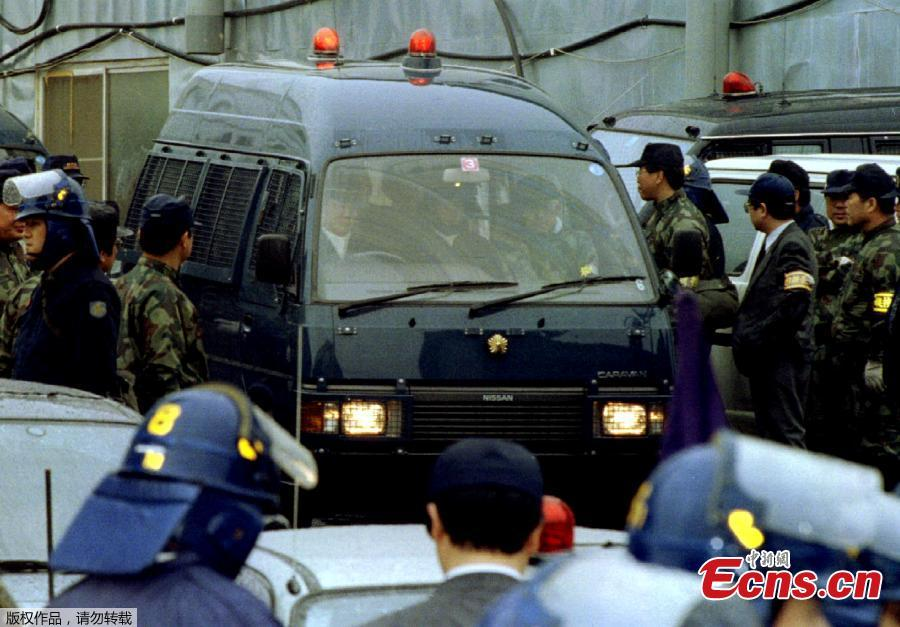 In the early hours of May 16, 1995, police raided the Aum Shinrikyo cult's facilities in Kamikuishiki, Yamanashi Prefecture. At 9:45 a.m., cult founder Shoko Asahara, whose real name is Chizuo Matsumoto, was arrested and taken into custody. (Photo/Agencies)