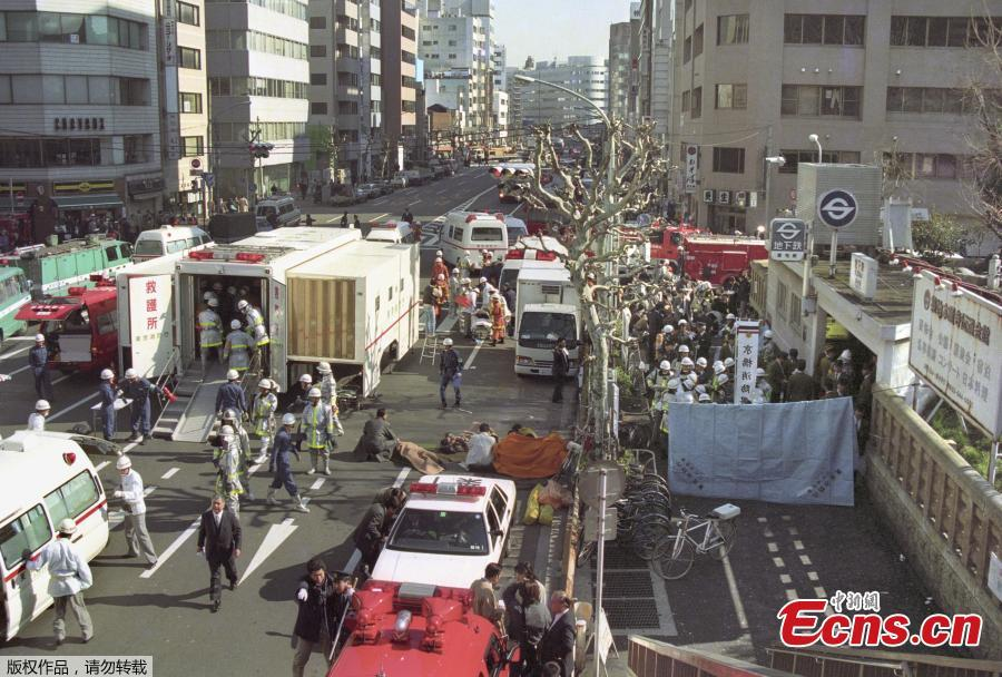 Patients receive treatment in front of Tsukiji Station in Tokyo in this file photo taken on March 20, 1995, after a sarin gas attack by the Aum Shinrikyo cult group on the Tokyo subway system. (Photo/Agencies)