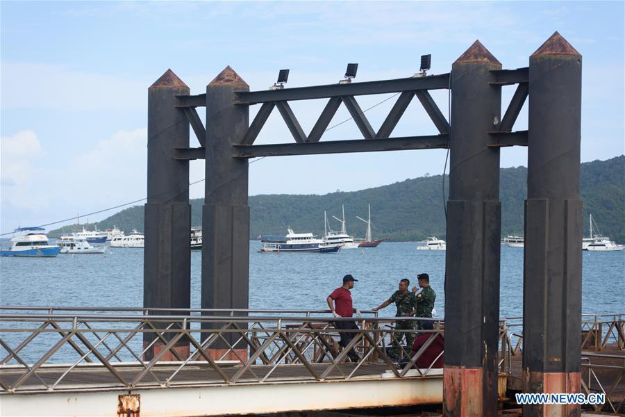 Thai soldiers and policemen are seen at a dock in Phuket, Thailand, July 6, 2018. At least 33 passengers were killed and 23 others still missing after two boats carrying some 133 tourists capsized in rough sea waters in southern Thailand, Governor of Thailand\'s Phuket Province Norraphat Plodthong said on Friday. (Xinhua/Qin Qing)