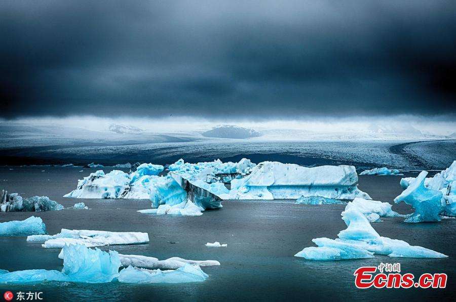 Photo taken by Larry Clouse shows the breathtaking landscapes of Iceland, from the floating ice to waterfall. (Photo/IC)