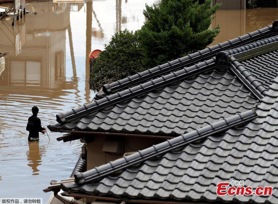 A man makes his way on a flooded area in Mabi town in Kurashiki, Okayama Prefecture, Japan, July 8, 2018. The death toll from torrential rain and landslides in western Japan rose to 88 people early on Monday, with dozens still missing after the rescue of more than 2,000 stranded in the city of Kurashiki.(Photo/Agencies)