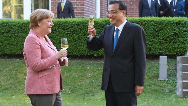 Premier Li attends a welcome ceremony held by Chancellor Merkel before an annual meeting between the heads of the two countries\' governments in Berlin on May 31, 2017.  (Photo/Xinhua)