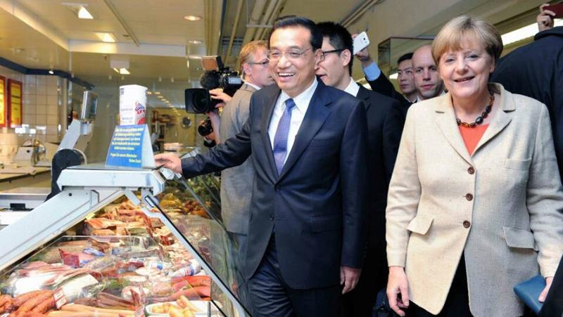 Premier Li and Chancellor Merkel visit a supermarket after the bilateral governmental consultations in Berlin on October 10, 2014. (Photo/Xinhua)