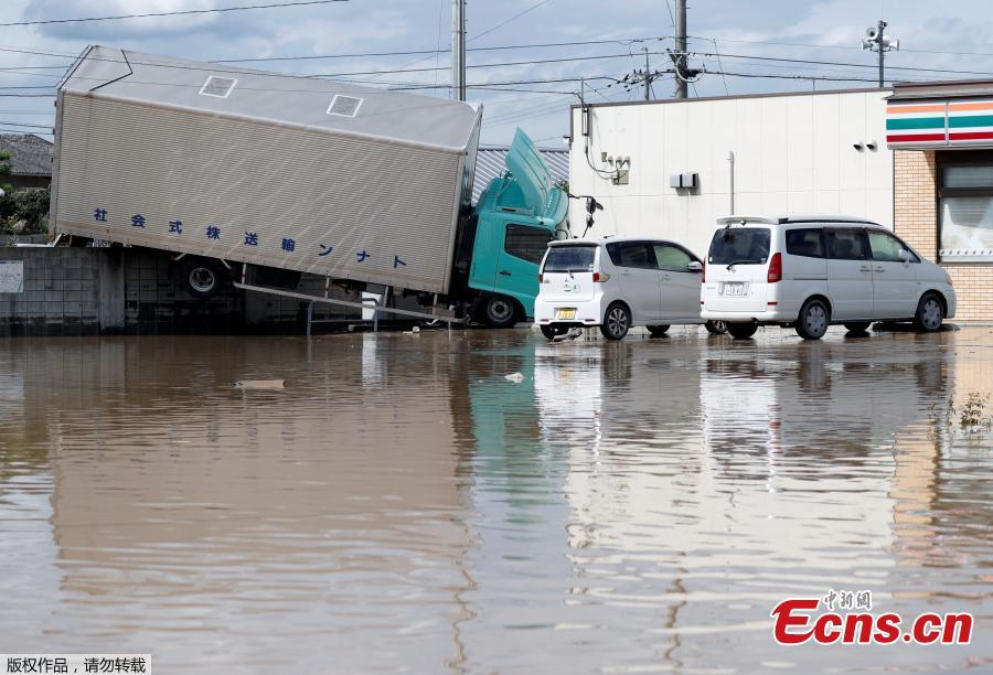 A truck which was stranded by flood is seen in a flooded area in Mabi town in Kurashiki, Okayama Prefecture, Japan, July 8, 2018. The death toll from torrential rain and landslides in western Japan rose to 88 people early on Monday, with dozens still missing after the rescue of more than 2,000 stranded in the city of Kurashiki.(Photo/Agencies)