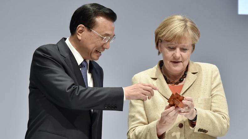 Chinese Premier Li Keqiang will attend the seventh leaders\' meeting of China and the Central and Eastern European countries (CEEC) in Sofia.  During the visit to Europe, Li will hold talks with Chancellor Angela Merkel of Germany while co-chairing the intergovernmental consultations between China and Germany.  Also, Li and Merkel will attend the China-Germany Economic and Technical Cooperation Forum and the China-Germany automated driving exhibition.  Before their 9th meeting, let\'s take a retrospect at the previous meetings since May 2013 when Li first visited Germany as a premier.  Li presents a burr puzzle to Merkel in Berlin, Germany on October 10, 2014. (Photo/Xinhua)