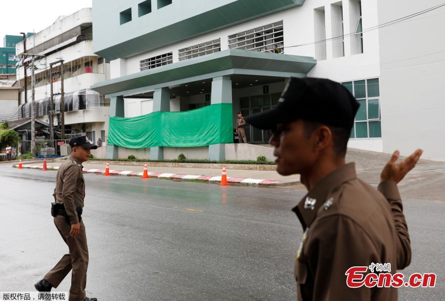 Police keep guard in front of Chiang Rai hospital where the 12 schoolboys and their soccer coach tapped inside a flooded cave will get treatment, in the northern province of Chiang Rai, Thailand, July 8, 2018. Four boys have exited a flooded cave in northern Thailand where they have been trapped for more than two weeks, a senior member of rescue operation's medical team said on Sunday. (Photo/Agencies)