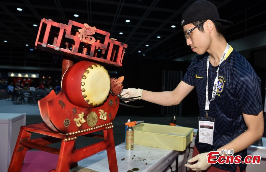 A participant makes a chocolate creation at the first Salon du Chocolat in Hong Kong, July 6, 2018. Salon du Chocolat, one of the world's biggest chocolate events, showcases chocolate sculptures inspired by Hong Kong culture and the Year of the Dog. Meanwhile, guests were also able to sample award-winning creations during a live pastry show. (Photo: China News Service/Zhang Wei)