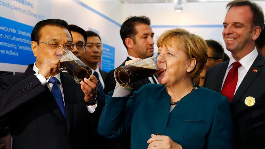 The two leaders tasted beer brewed by Chinese and German students during their visit to Hefei University in Hefei, capital of east China\'s Anhui Province on October, 30, 2015. (Photo/Xinhua)