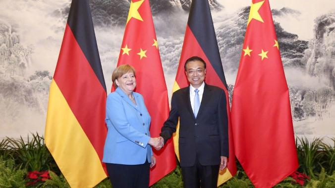 Premier Li and Chancellor Merkel jointly meet the press at the Great Hall of the People in Beijing on May 24, 2018.  Both sides agree to promote China-Germany relations to higher levels.  (Photo/Xinhua)