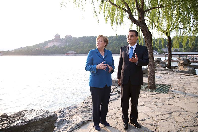 During her ninth trip to China, Chancellor Merkel visits Kunming Lake at the Summer Palace in Beijing accompanied by Premier Li on June 12, 2016.  (Photo/Xinhua)