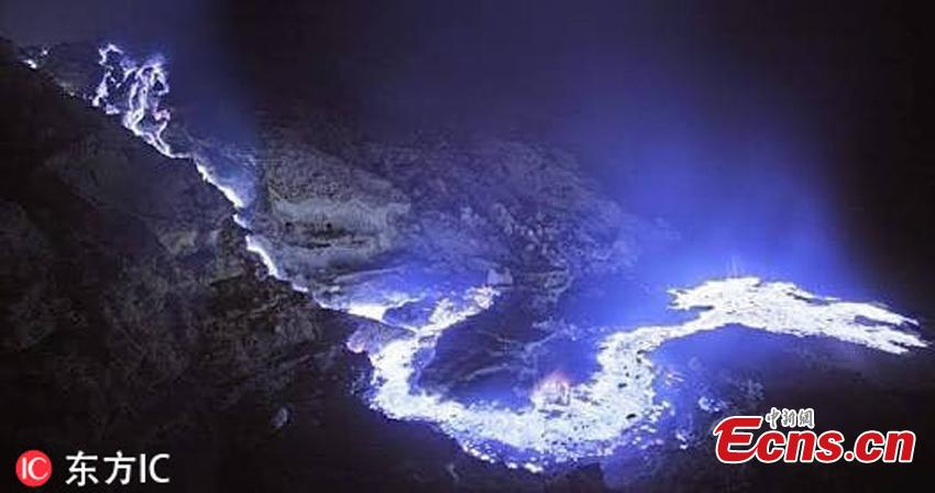 This stunning photograph of Kawah Ijen volcano in Indonesia shows blue lava illuminating the night sky. But the blue glow from the volcano is not the lava itself, but a high quantity of sulphuric gas. The spectacular shots were taken by travel planner Donny Nugraha Pratama. (Photo/IC)