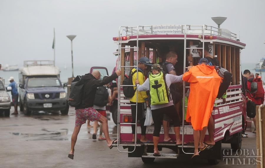 Tourists board a shuttle bus to the pier. (Photo: Cui Meng/GT)