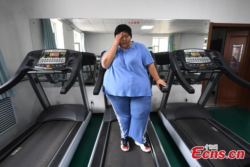 Guo Dengyan, a former judo athlete, receives treatment at a weight management center in Changchun City, Northeast China's Jilin Province. Guo, from a sports family, played and studied basketball, table tennis, weightlifting and judo since she was six, but she also faced the challenge of controlling her weight. Now 28 years old and 200 kilograms, she said she also learned traditional Chinese culture to control her emotions and be optimistic in life. (Photo: China News Service/Zhang Yao)