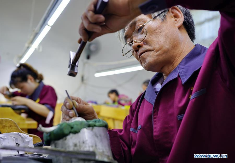 Workers make silverwares at a workshop in Malanyu Township in Zunhua City, north China\'s Hebei Province, July 11, 2018. Gold and silver processing in Malanyu Township has a long history and the industry is expanding as craftsmen blend modern elements with traditional techniques in recent years. To date, there are more than 80 enterprises that provide over 2,000 jobs for local residents. (Xinhua/Mu Yu)
