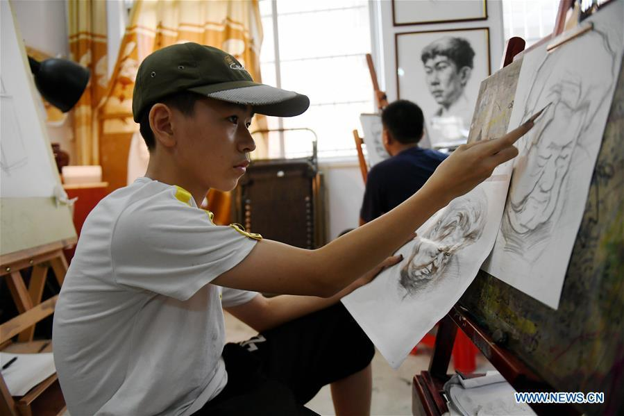 Students learn drawing during a class in Qinzhou City, south China\'s Guangxi Zhuang Autonomous Region, July 12, 2018. Students learn new skills during their summer vacation. (Xinhua/Zhang Ailin)