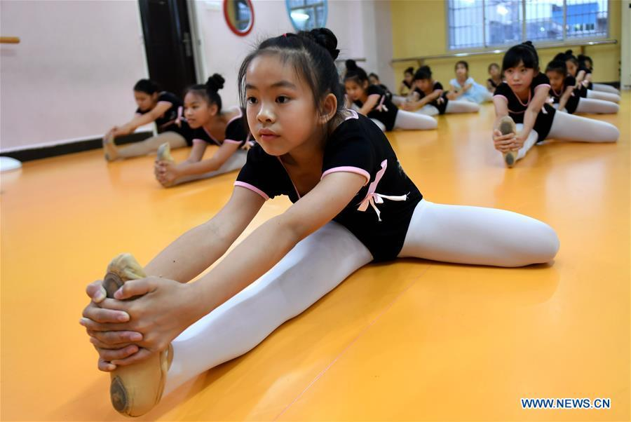 Students learn dancing during a class in Qinzhou City, south China\'s Guangxi Zhuang Autonomous Region, July 12, 2018. Students learn new skills during their summer vacation. (Xinhua/Zhang Ailin)