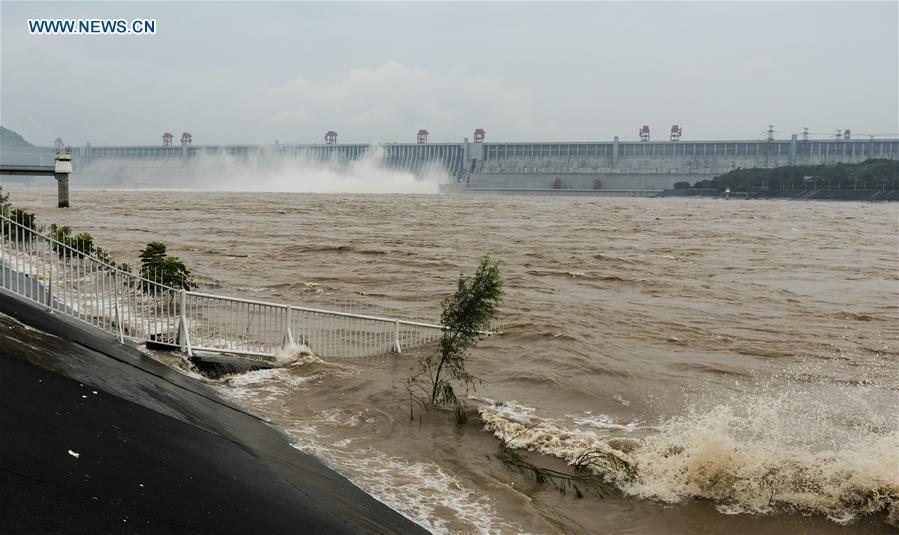 Three Gorges Reservoir increases its discharge volume in Yichang City, central China\'s Hubei Province, July 13, 2018. The second flood peak of the Yangtze River this year is forming in its upper reaches. Peak flow at the Three Gorges reservoir is expected to reach 61,000 cubic meters per second on Saturday. (Xinhua/Zheng Jiayu)