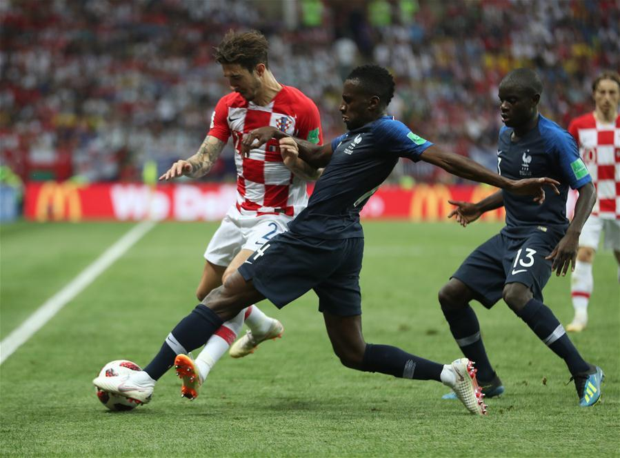 Blaise Matuidi (C) of France vies with Sime Vrsaljko (L) of Croatia during the 2018 FIFA World Cup final match between France and Croatia in Moscow, Russia, July 15, 2018. (Xinhua/Fei Maohua)