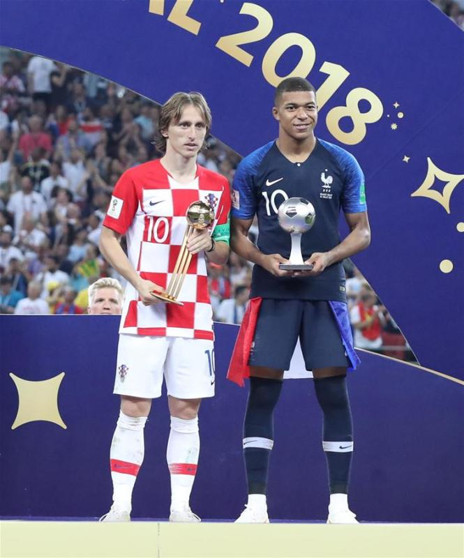 Luka Modric (L) of Croatia and Kylian Mbappe of France pose for photos at the awarding ceremony after the 2018 FIFA World Cup final match between France and Croatia in Moscow, Russia, July 15, 2018. France defeated Croatia 4-2 and claimed the title. (Xinhua/Cao Can)