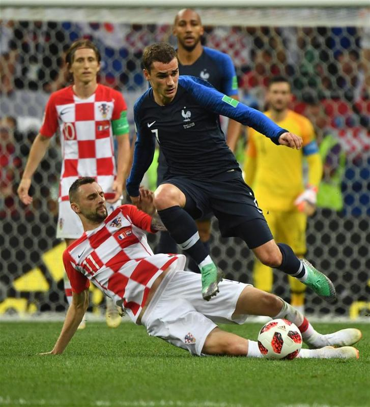 Antoine Griezmann (R front) of France vies with Marcelo Brozovic (L front) of Croatia during the 2018 FIFA World Cup final match between France and Croatia in Moscow, Russia, July 15, 2018. (Xinhua/Li Ga)