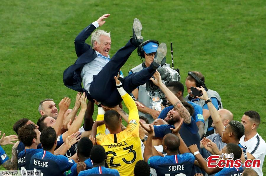 France players celebrate winning the World Cup with coach Didier Deschamps at Luzhniki Stadium in Moscow, Russia, July 15, 2018. (Photo/Agencies)