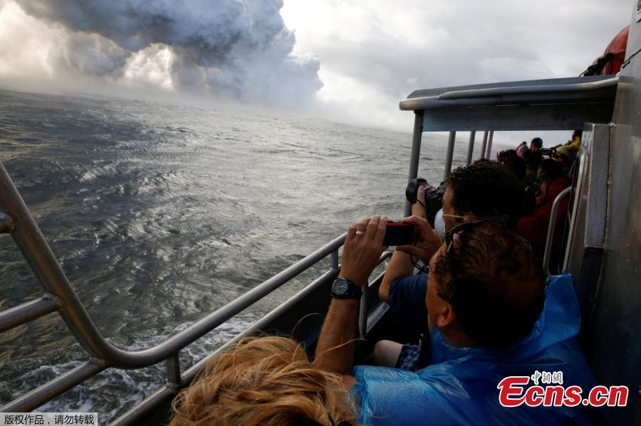 File photo: People watch from a tour boat as lava flows into the Pacific Ocean in the Kapoho area, east of Pahoa, during ongoing eruptions of the Kilauea Volcano in Hawaii, U.S., June 4, 2018.(Photo/Agencies)