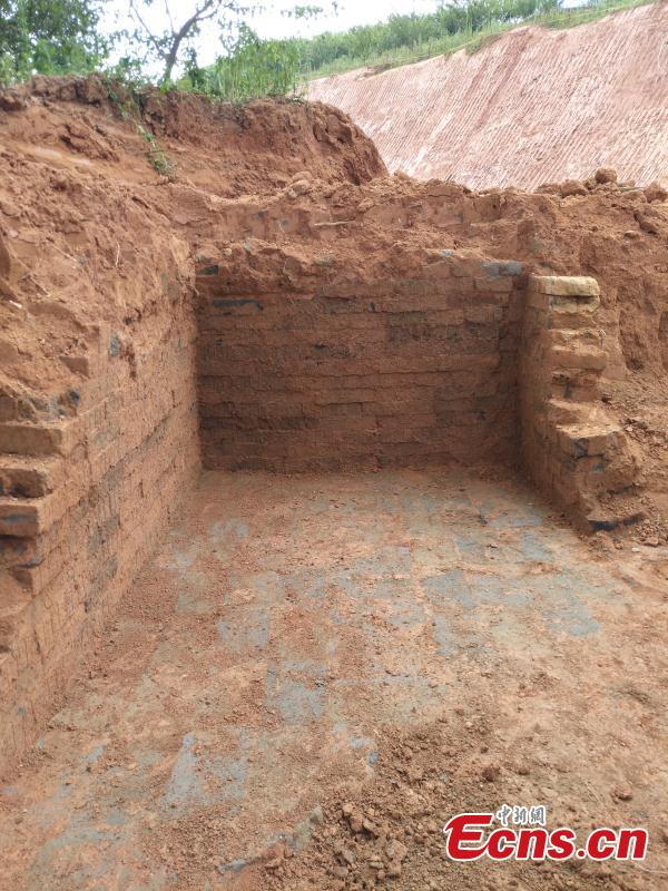 A tomb of the Han Dynasty (206 BC ? 220 AD) found in a village in Xunwu County, East China's Jiangxi Province. Ceramic relics and textured bricks were found in the tomb that measured 180 centimeters in width and 370 centimeters in length. Preliminary investigations showed the tomb was robbed during the Ming and Qing dynasties. (Photo: China News Service/Huang Shaobin)