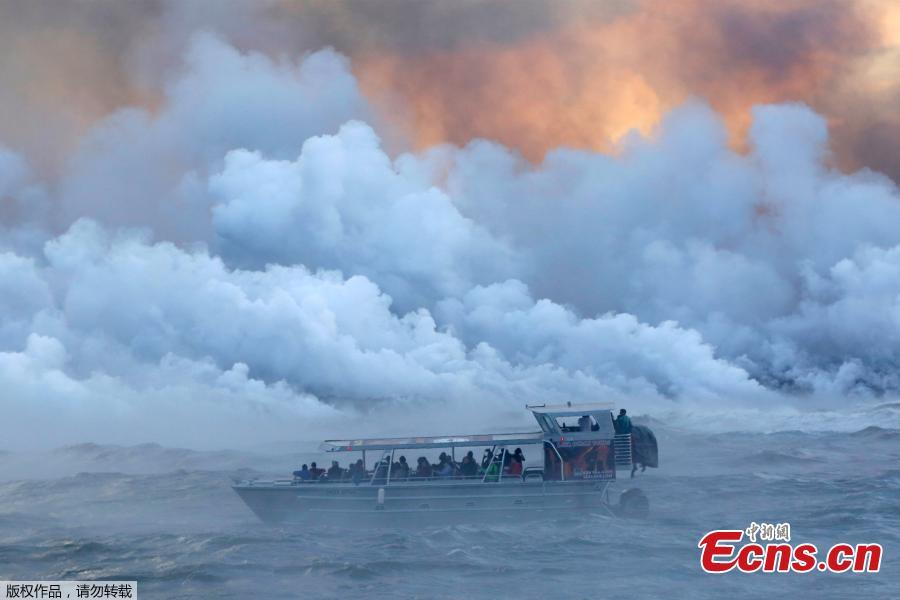 File photo: People watch from a tour boat as lava flows into the Pacific Ocean in the Kapoho area, east of Pahoa, during ongoing eruptions of the Kilauea Volcano in Hawaii, U.S., June 4, 2018.  (Photo/Agencies)